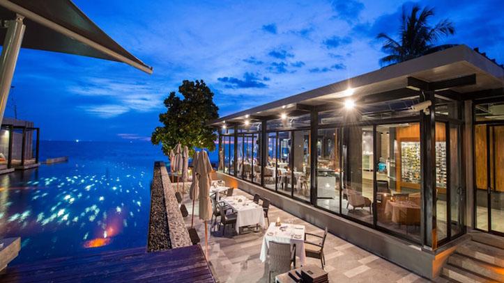 aleenta phuket restaurant piscine nuit