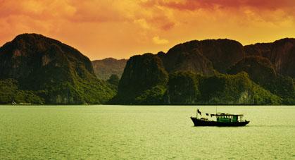 Un bateau traversant la Baie de Ha Long, la baie aux 1 969 îles et îlots !