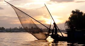 Bateau de pêche au crépuscule sur le Mekong