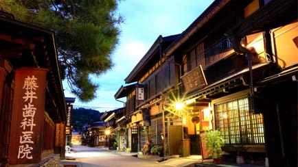 rue-Takayama-nuit-Japon