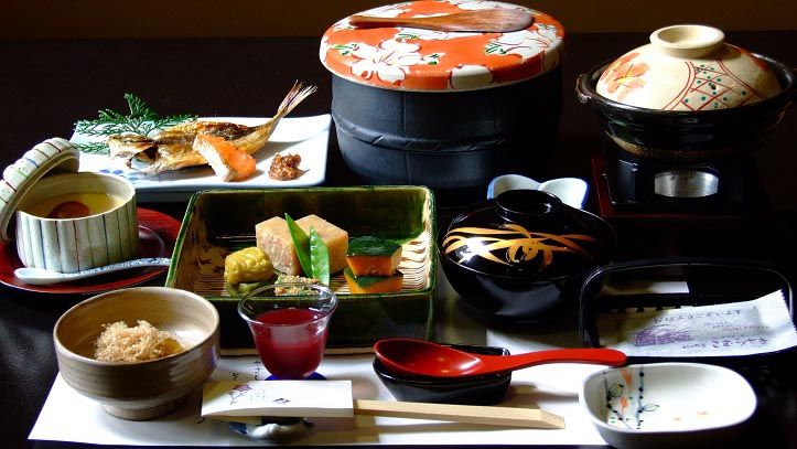 Repas traditionnel servi dans un ryokan