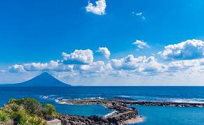 Vue sur la mer et le volcan Sakurajima à Kagoshima