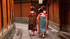 Geishas dans le quartier de Gion à Kyoto
