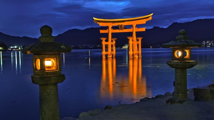 Vue sur le grand torii de Miyajima de nuit