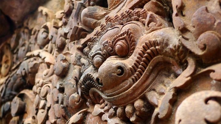 Une des très nombreuses sculptures du temple Banteay Srei, à l'important travail de finition !