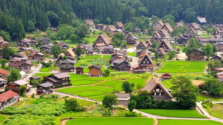 Village de Shirakawago dans les Alpes japonaises
