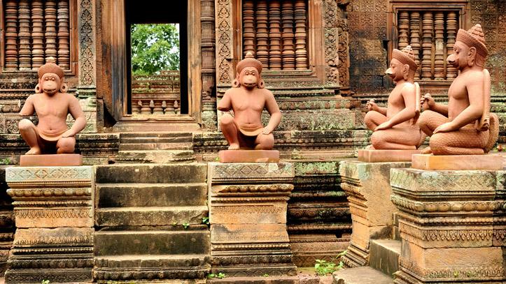 Statues legendaires banteay srei temple