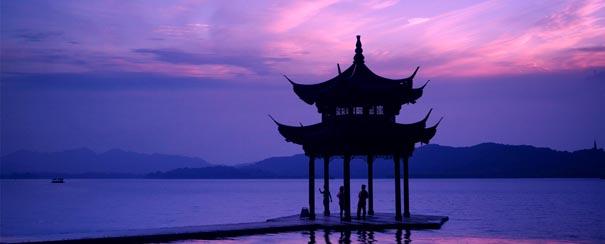 Temple au lac de l ouest au coucher de soleil Hangzhou