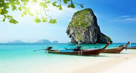 Une plage a Phuket : Sable blanc, eau claire, soleil, de grands espaces