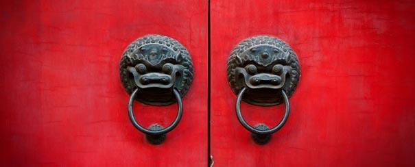 Vieille porte chinoise en vermillon avec des têtes de lion