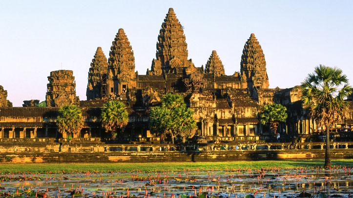 Ancien temple angkor wat entourne de nenuphars home