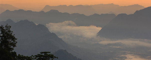 Montagnes de Sabah dans la brume