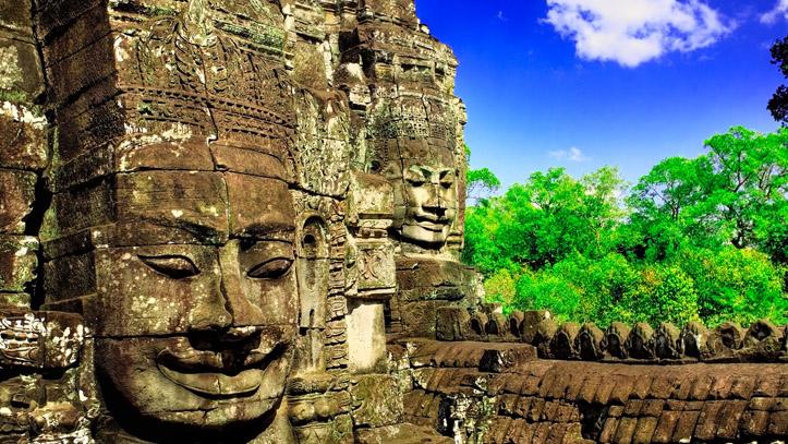 Sculpture Khmère du Bouddha, veillant sur les ruines d'un temple...