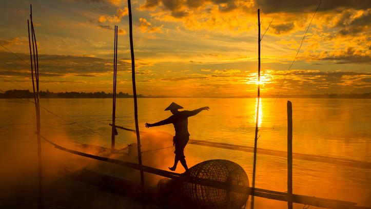 cambodge homme pont de signe coucher soleil
