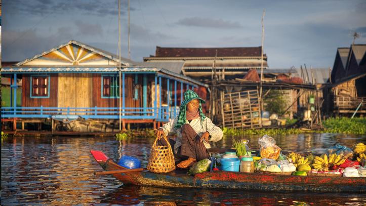 Cambodge marche lac femme