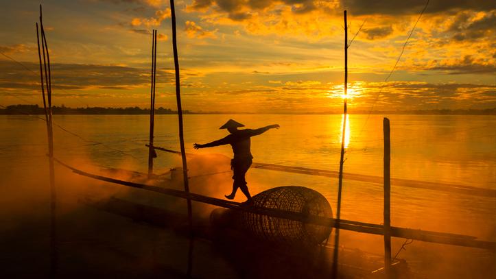Cambodge mekong pecheur coucher de soleil