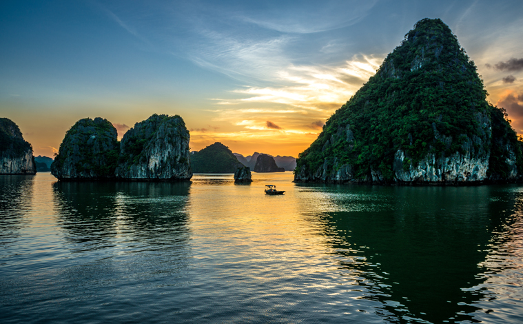 coucher-soleil-baie-halong-vietnam-upload