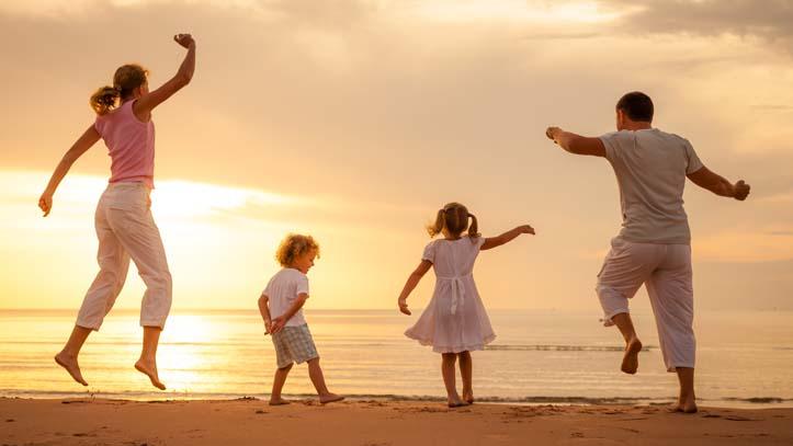 Famille coucher de soleil plages