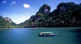 Langkawi: balade en bateau sur le lac de la jeune fille enceinte