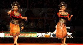 Les danseuses de Malaisie vêtues des tenues traditionnels de tribus Ibans