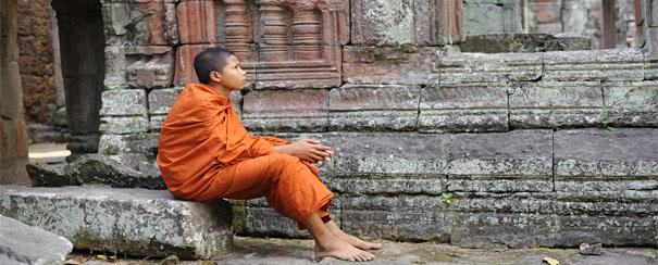 Un jeune moine en pleine réflexion, au temple Banteay Kdei, au Cambodge