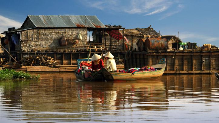 Des pêcheurs non loin de leur maison flottante, sur le lac Tonlé Sap !