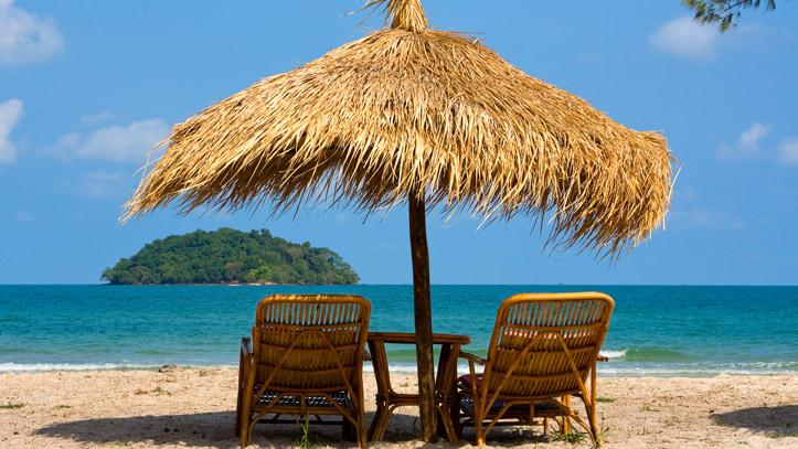 Une plage typique des côtes Cambodgiennes : Eau turquoise, sable blanc, panoramas...et tranquillité.