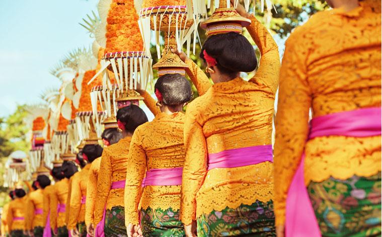 procession-femmes-festival-bali-indonesie