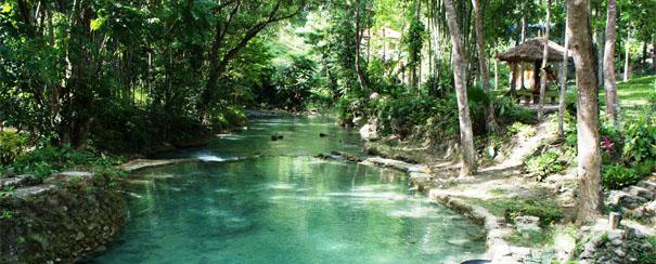 Rivière Kawasan aux Visayas