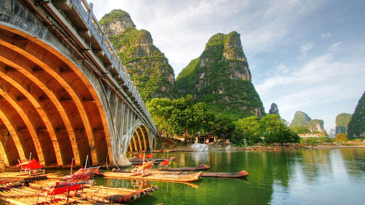 Balade authentique en radeau le long de la rivière de Karst à Yangshuo en Chine
