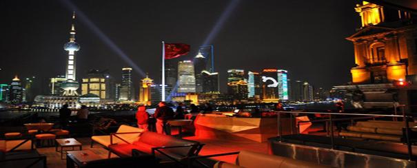 rooftop vu ville de shanghai de nuit