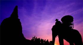 Thailande coucher de soleil dresseur d'éléphants