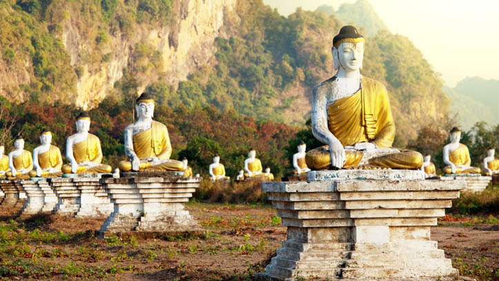 Champ de bouddhas de pierre