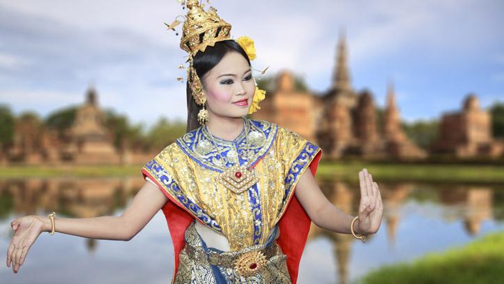 Danseuse Thai près des ruines