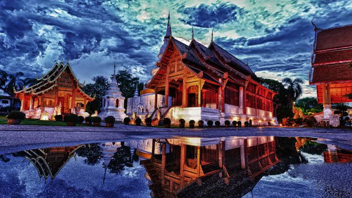 Temple Phra Singh au crépuscule, à Chiang Mai