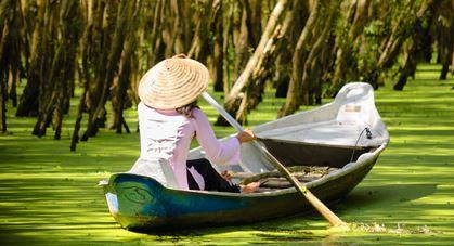 Femme vietnamienne sur le lac