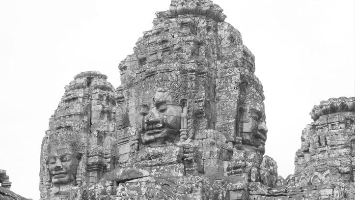 Le Bouddha, qui veille paisiblement sur son temple de Bayon, à Angkor...